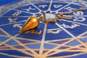 Goldenes Pendel auf lackierter Hozsternenscheibe